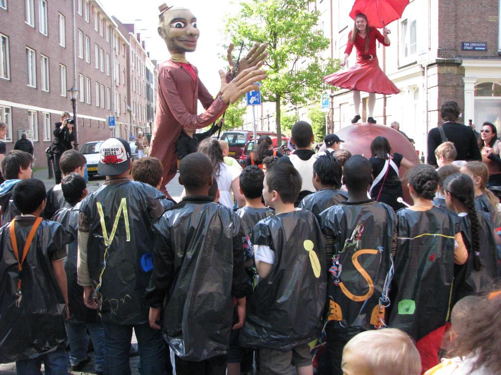 parade voor de opening van een nieuw schoolgebouw in Amsterdam